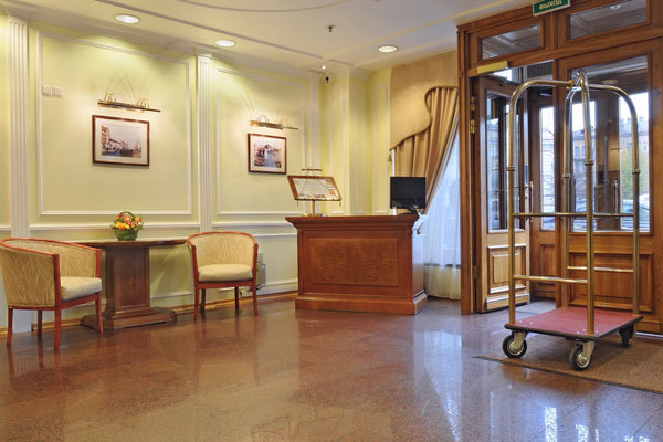 St. Petersburg Reisen. Hotel Dostoevsky. Lobby.