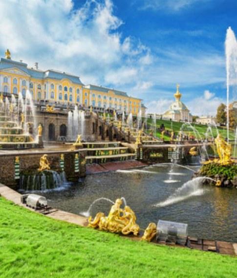 St. Petersburg Reisen. Peterhof Grosser Palast.
